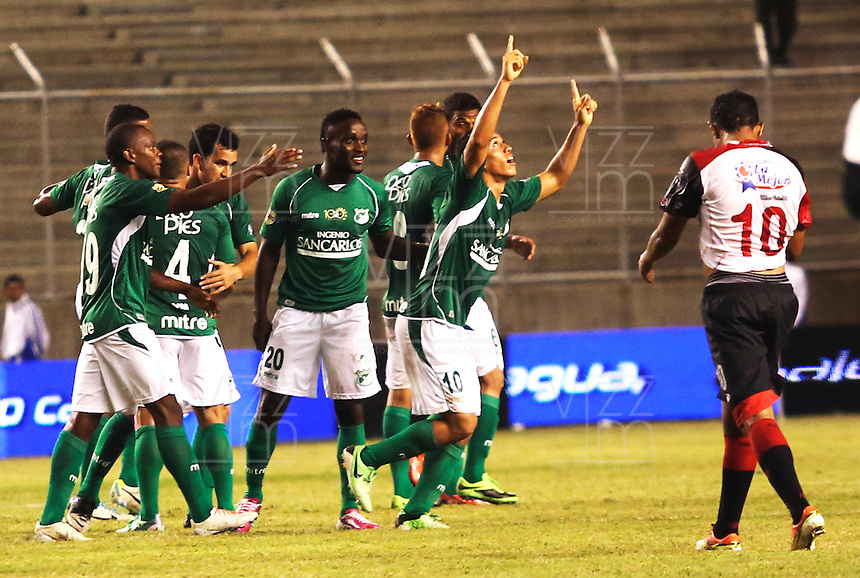 ESTADIO MONUMENTAL DE PALMASECA  -COLOMBIA- 16-08-2013. Carlos David Lizarazo jugador del Deportivo Cali celebra su gol que le da la victoria sobre el Cucuta  , partido correspondiente a la cuarta fecha de La  Liga Postobon segundo semestre disputado en el estadio  Monumental de Palmaseca / Carlos David Lizarazo player Deportivo Cali celebrates his goal gives victory over Cucuta, game in the fourth round of the second half Postobonn League match at the Monumental stadium Palmaseca. Photo: VizzorImage /Juan Carlos Quintero  / Stringer