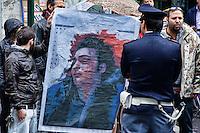 Roma 7  Maggio 2013.Il sindacato di polizia Coisp  ha manifestato davanti al Ministero di Grazia e Giustizia per chiedere l'applicazione dei domiciliari  per i  due colleghi pregiudicati per l'omicidio colposo di Federico Aldrovandi rimasti in carcere. Un gruppo di manifestanti si &egrave; contrapporsto al sit-in del Coisp mostrando  la foto  di Federico Aldrovandi morto.<br /> <br /> Rome, Italy. 7th May 2013 -- A group of protesters showing a photo of Federico Aldrovandi dead, scream on a megaphone and protest. -- The police union in Coisp demonstrated outside the Ministry of Justice to request the a house arrest for two police colleagues in the manslaughter of Federico Aldrovandi.