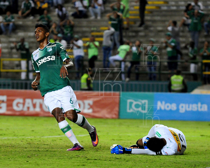 PALMASECA-COLOMBIA, 19-07-2017.  Jeison Angulo (Izq.) jugador del Deportivo Cali disputa un balón con  José Fernando Cuadrado (Der.) del Once Caldas  durante encuentro  por la fecha 3 de la Liga Aguila II 2017 disputado en el estadio del Deportivo Cali en Palmaseca./ Jeison Angulo (L)  player of Deportivo Cali  fights the ball agiainst Jose Fernando Cuadrado of Once Caldas  during match for the date 3 of the Aguila League II 2017 played at Deportivo Cali  stadium in Palmaseca. Photo:VizzorImage / Nelson Rios  / Cont