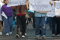 """BUENOS AIRES, ARGENTINA, 11 JULHO 2012 - VILLA 31 - Os vizinhos da """"Villa 31"""", a maior favela de Buenos Aires, totalizando cerca de 30000 habitantes, 70% delas sem água corrente, protestou hoje contra o avanco da favela sobre suas casas, em Buenos Aires, nesta quarta-feira, 11. (FOTO: PATRICIO MURPHY / BRAZIL PHOTO PRESS)."""