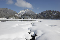 Deutschland, Bayern, Oberbayern, Chiemgau, zwischen Ruhpolding und Reit im Winkl, Schneelandschaft am Weitsee