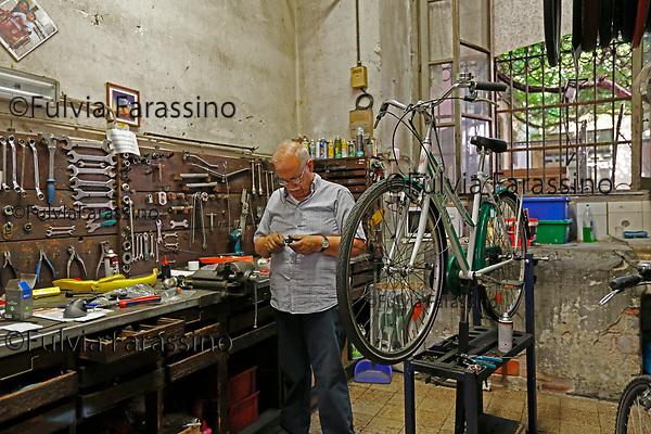 Milano  luglio 2017 - Ercole il riparatore di biciclette di Rossignoli  in Corso Garibaldi