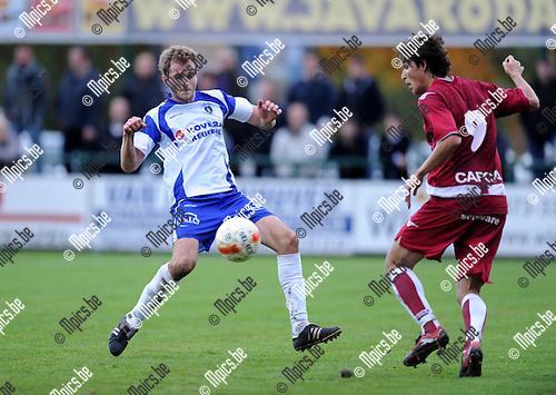 2010-10-31 / Voetbal / seizoen 2010-2011 / KSK Heist - K. United Overpelt-Lommel / Pieter Crabeels (L, Heist) met Jason Oost..Foto: Mpics