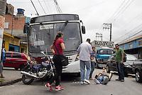 SAO PAULO, SP - 20.10.2014 - ACIDENTE COM VITIMA - Acidente envolvendo onibus e moto nesta segunda-feira (20) atrapalha transito M'boi Mirim, altura do cruzamento da Av. Comendador Santana. O acidente se deu sem maiores agravantes. Segundo o motorista e comerciantes, o motociclista perdeu controle e caiu e, o motorista do coletivo não conseguiu parar a tempo. O piloto da motocicleta aguarda atendimento do samu.<br /> <br /> (Foto: Fabricio Bomjardim / Brazil Photo Press)