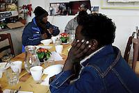 """Roma, 2 Febbraio 2017.<br />  Giovani rifugiati mangiano durante la presentazione del """"Pasto Sospeso"""" presso la Casetta Rossa a Garbatella. L'iniziativa promuove la possibilità di lasciare pagato uno o più pasti per chi vive in difficoltà. L'iniziativa riprende l'antica  usanza napoletana del caffè sospeso, dove veniva lasciato pagato un caffè nei bar."""