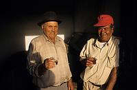 Europe/Espagne/Iles Canaries/Lanzarote : Portrait de vignerons dans le vignoble de la Geria -père et fils