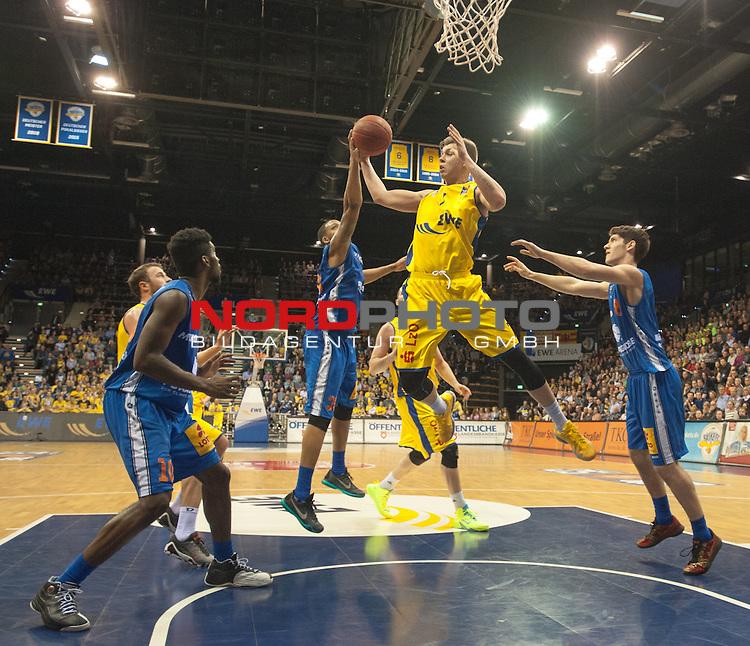 05.02.2016, EWE Arena, Oldenburg, GER, BBL, EWE Baskets Oldenburg vs Mitteldeutscher BC, im Bild<br /> <br /> TaShawn Thomas, Robert Zinn ( Mitteldeutscher BC # 35, # 8 )<br /> Jan Niklas Wimberg (EWE Baskets Oldenburg # 7)<br /> Foto &copy; nordphoto / Rojahn