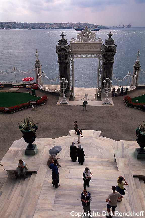 Türkei, Dolmabahce-Palast in Istanbul im Stadtteil Besiktas, Tor zum Bosporus
