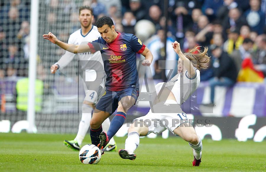 MADRI, ESPANHA, 02 MARÇO 2013 - CAMPEONATO ESPANHOL - REAL MADRID X BARCELONA - Pedro (E) jogador do Barcelona disputa bola com Luka Modrik Real Madrid  em partida pela 26 rodada do Campeonato Espanhol, neste sabado, 02. (FOTO: ALEX CID-FUENTES / ALFAQUI / BRAZIL PHOTO PRESS).