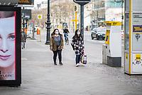 Die Auswirkungen der Corona-Krise sind nach Inkrafttreten der Anordnung des Berliner Senats, wonach nur noch Versorgungsgeschaefte die fuer den taeglichen Bedarf notwendig sind geoeffnet sein duerfen (Lebensmittelgeschaefte, Apotheken, Drogerien, Zeitungsgeschaefte), im oeffentlichen Leben deutlich sichtbar.<br /> Im Bild: Zweifrauen mit Schutzmasken auf der leeren Einkaufs- und Flaniermeile Kurfuerstendamm in Berlin-Charlottenburg.<br /> 19.3.2020, Berlin<br /> Copyright: Christian-Ditsch.de<br /> [NUR FUER REDAKTIONELLE ZWECKE! Werbung nur auf Anfrage beim Fotografen. Inhaltsveraendernde Manipulation des Fotos nur nach ausdruecklicher Genehmigung des Fotografen. Vereinbarungen ueber Abtretung von Persoenlichkeitsrechten/Model Release der abgebildeten Person/Personen liegen nicht vor. NO MODEL RELEASE! Don't publish without copyright Christian-Ditsch.de, Veroeffentlichung nur mit Fotografennennung, sowie gegen Honorar, MwSt. und Beleg. Konto: I N G - D i B a, IBAN DE58500105175400192269, BIC INGDDEFFXXX, Kontakt: post@christian-ditsch.de<br /> Bei der Bearbeitung der Dateiinformationen darf die Urheberkennzeichnung in den EXIF- und  IPTC-Daten nicht entfernt werden, diese sind in digitalen Medien nach §95c UrhG rechtlich geschuetzt. Der Urhebervermerk wird gemaess §13 UrhG verlangt.]