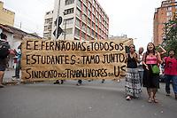 SÃO PAULO,SP, 13.11.2015 - PROTESTO-ESTUDANTES - Sindicato dos Trabalhadores das USP apoiam os estudantes que ocupam a Escola Estadual Fernão Dias no bairro de Pinheiros, na zona oeste de São Paulo, em ato contra o fechamento de escolas e o plano de reestruturação do ensino proposto pelo governo Geraldo Alckmin (PSDB) para 2016, na madrugada desta sexta-feira (13). A ocupação já dura mais de 75 horas. (Foto: Douglas Pingituro/Brazil Photo Press)