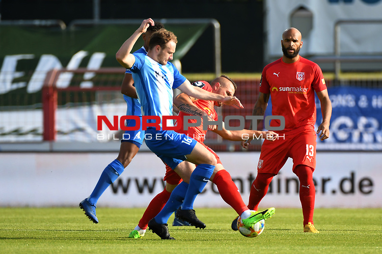 12.06.2020, Hänsch-Arena, Meppen, GER, 3.FBL, SV Meppen vs. Hallescher FC, <br /> <br /> im Bild<br /> v.li. Florian Egerer (SV Meppen, 16) und Toni Lindenhahn (Hallescher FC, 6) im Zweikampf, Duell, Laufduell.<br /> <br /> <br /> DFL REGULATIONS PROHIBIT ANY USE OF PHOTOGRAPHS AS IMAGE SEQUENCES AND/OR QUASI-VIDEO<br /> <br /> Foto © nordphoto / Paetzel