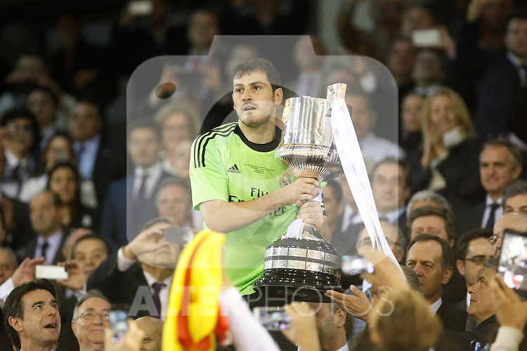 Real Madrid´s captain and goalkeeper Iker Casillas receives the cup after winning the Spanish Copa del Rey `King´s Cup´ final soccer match between Real Madrid and F.C. Barcelona at Mestalla stadium, in Valencia, Spain. April 16, 2014. (ALTERPHOTOS/Victor Blanco)