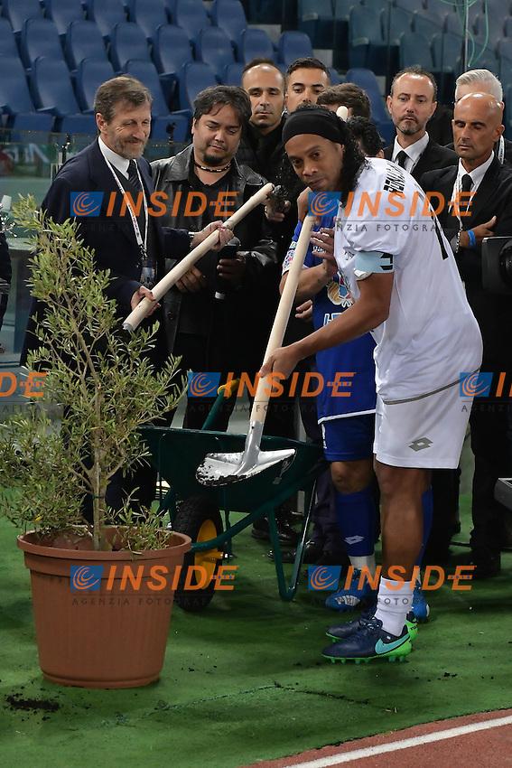 Ronaldinho plants an ulive tree symbol of peace <br /> pianta un ulivo simbolo di pace <br /> Roma 12-10-2016 Stadio Olimpico <br /> Incontro di calcio benefico Uniti per la Pace <br /> Charity football match United for Peace . Foto Andrea Staccioli / Insidefoto