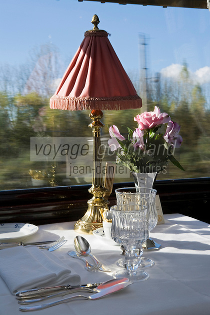 Europe/République Tchèque/Prague:A bord de l'Orient-Express Train de Luxe qui assure la liaison Calais,Paris , Prague,Venise -Table dressée dans une des  voitures restaurant [Non destiné à un usage publicitaire - Not intended for an advertising use]