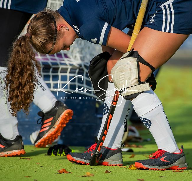 AMSTELVEEN - kniebeschermers bij Anne Boer (Pinoke)  tijdens de competitie hoofdklasse hockeywedstrijd dames, Pinoke-SCHC (1-8) . COPYRIGHT KOEN SUYK