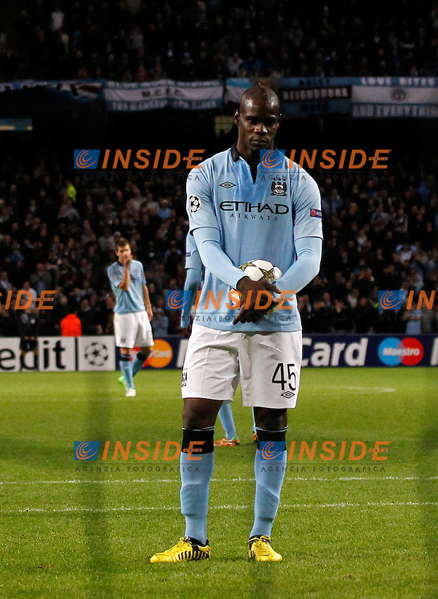Manchester City's Mario Balotelli prepares to take a penalty..Champions League football match between Manchester City and Borussia Dortmund at the Etihad Stadium, Manchester on the 3rd October 2012..Sportimage +44 7980659747.picturedesk@sportimage.co.uk.http://www.sportimage.co.uk/. .Foto Insidefoto.ITALY ONLY
