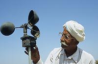 INDIA Gujarat Bhavnagar, farmer measure wind speed / INDIEN Gujerat, Bauer an Windgeschwindigkeit Messgeraet