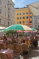 Oesterreich, Salzburger Land, Salzburg: Cafe vor Mozarts Geburtshaus in der Getreidegasse | Austria, Salzburger Land, Salzburg: Cafe in front of Mozart's birthplace at Getreidegasse