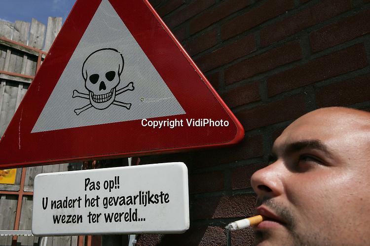 Foto: VidiPhoto..AMERSFOORT - Rokers zijn de gevaarlijkste wezens ter wereld.