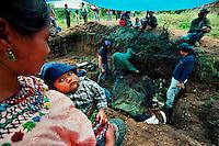 SAN MARTIN JILOTEPEQUE / CHIMALTENANGO / GUATEMALA - 2004.UNA GIOVANE DONNA MAYA COL SUO BAMBINO ASSISTE ALL'ESUMAZIONE DELLE VITTIME UCCISE DAGLI SQUADRONI DELLA MORTE DURANTE GLI ANNI '80. ANCHE LEI, COME MOLTI NEL VILLAGGIO, E' ALLA RICERCA DEI CORPI DEI PARENTI DESAPARECISOS DURANTE GLI ANNI DEL TERRORE..FOTO LIVIO SENIGALLIESI