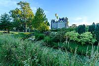 France, Maine-et-Loire (49), Brissac-Quincé, château de Brissac, et la rivière Aubance le matin, vol de montgolfières