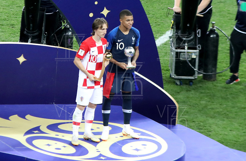 MOSCU - RUSIA, 15-07-2018: Luka MODRIC (C) de croacia galardonado como el mejor jugador del Mundial y Kylian MBAPPE de Francia como el mejor jugador joven del Muncdial después del partido por la final entre Francia y Croacia de la Copa Mundial de la FIFA Rusia 2018 jugado en el estadio Luzhnikí en Moscú, Rusia. / Luka Modric from taking the adidas Golden Ball prize and Kylian MBAPPE of France takes the FIFA Young Player award after the match between France and Croatia of the final for the FIFA World Cup Russia 2018 played at Luzhniki Stadium in Moscow, Russia. Photo: VizzorImage / Cristian Alvarez / Cont