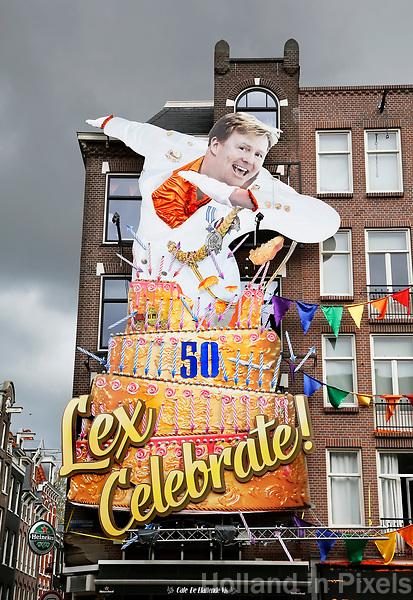 Nederland Amsterdam  2017.  Cafe De Blaffende Vis in de Amsterdamse Jordaan met de traditionele gevelversiering voor Koningsdag.  Lex Celebrate.  Foto Berlinda van Dam / Hollandse Hoogte