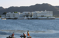 INDIEN Rajasthan Udaipur, See Pichola und Fuenfsterne Hotel Lake Palace der Taj Group von TATA , Gebaeude war ein ehemaliger Maharadscha Maharaja Palast von Udai Singh in Stadt Udaipur , hier wurde der James Bond Film Octopussy gedreht / INDIA Rajasthan Udaipur , Five star Hotel Lake Palace on island in Pichola lake , the building was a palace of maharaja Udai Singh and belongs today to the Taj Group of TATA , location for James Bond movie Octopussy