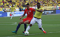 BARRANQUILLA -COLOMBIA, 10-NOVIEMBRE-2016. Miguel Borja (Der.) jugador de Colombia disputa el balón con Enzo Roco (Izq.) de Chile durante el  encuentro  por las eliminatorias al mundial de Rusia 2018  disputado en el estadio Metropolitano Roberto Meléndez de Barranquilla./Miguel Borja (L) Colombia player fights for the ball with Enzo Roco (R) of Chile during the qualifying match for the 2018 World Championship in Russia Metropolitano Roberto Melendez stadium in Barranquilla . Photo:VizzorImage / Felipe Caicedo  / Staff