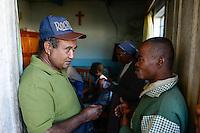 MADAGASCAR, Mananjary, prison / MADAGASKAR, Mananjary, Gefaengnis, Fr. BENOIT URAN WUWUR SVD<br /> Steyler-Misisonar und Leiter der Kommission &quot;Justice et Paix&quot; (Justice and Peace) in der Di&ouml;zese Mananjary, besucht das Gefaengnis