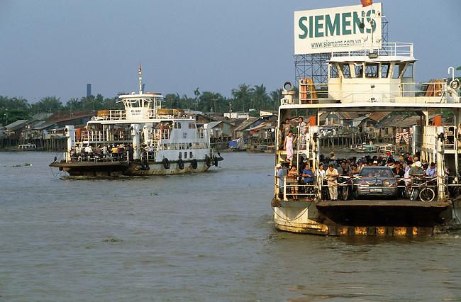 Vietnam, Ho Chi Minh Ville, les ferrys sur la riviere Saigon. *** A ferry on Saigon river, Ho Chi Minh City, Vietnam.