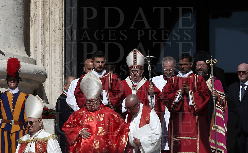 Papa Francesco (c) arriva in Piazza San Pietro per celebrare la Messa della Solennità dei Santi Pietro e Paolo, Citta' del Vaticano, 29 giugno, 2018.<br /> Pope Francis (c) arrives to celebrate a mass for the imposition of the Pallium upon the new metropolitan archbishops and the solemnity of Saints Peter and Paul in St. Peter's Square at the Vatican, on June 29, 2018.<br /> UPDATE IMAGES PRESS/Isabella Bonotto<br /> <br /> STRICTLY ONLY FOR EDITORIAL USE