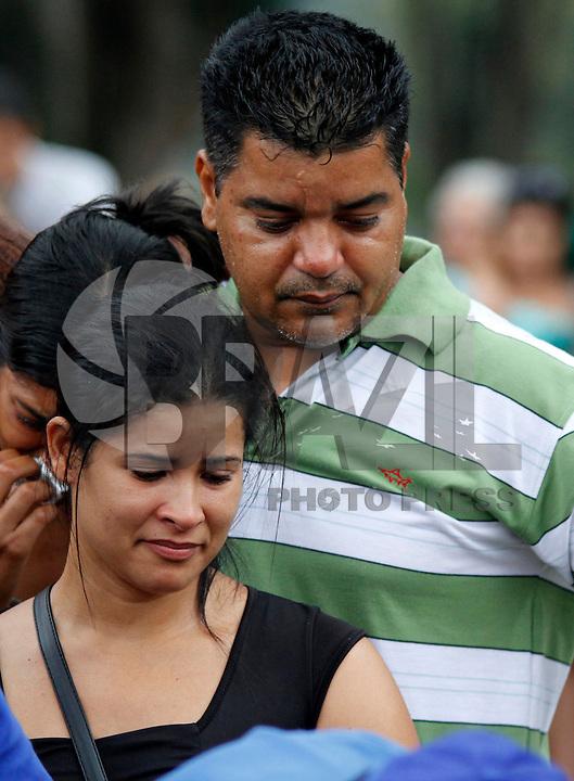 SÃO PAULO,SP 27 FEVEREIRO 2012 ENTERRO GAROTO JET SKY<br /> Os Pais do garoto Mitchel de Carvalho que morreu no domingo em uma acidente de jet sky em uma represa dentro do Clube Náutico Tahit durante o enterro realizado na terde de hoje no cemiterio da vila formosa na zona leste.FOTO ALE VIANNA/BRAZIL PHOTO PRESS.