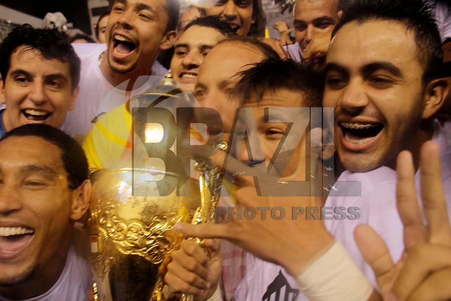 SANTOS, SP, 15 DE MAIO DE 2011 - FINAL CAMPEONATO PAULISTA 2011 Neymar do Santos comemoram Título do Santos após vitória de 2 a 1 sobre o Corinthians, no segundo jogo da final do Campeonato Paulista, na Vila Belmiro, em Santos, neste domingo (15). (FOTO: ALE VIANNA/ NEWS FREE).