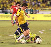 BARRANQUILLA -COLOMBIA- 11 -10-2013. James Rodriguez (Izq) de Colombia disputa el balon  contra el aguardameta que comete falta  Claudio Bravo  (Der) de  Chile ,partido correspondiente para las eliminatorias al mundial de Brasil 2014 disputado en el estadio Metropolitano de Barranquilla   / James Rodriguez (L) in Colombia dispute the ball against goalkeeper Claudio Bravo who fouls (R) of Chile, to the qualifying game for the World Cup Brazil 2014 match at the Metropolitano stadium in Barranquilla  .Photo: VizzorImage / Felipe Caicedo /  Felipe Caicedo /  Satff