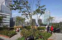 Nederland Amsterdam - 2018 . Lunchtijd op de Zuidas. Daktuin van ABN AMRO Circl. Foto Berlinda van Dam / Hollandse Hoogte