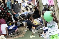 Roma, 13 Giugno 2015<br /> Vi Tiburtina.<br /> Centinaia di migranti hanno trovato rifugio nel centro di accoglienza Baobab di Via Cupa e nelle vie limitrofe.<br /> Uomini e donne nel cortile.<br /> Una mamma allatta il figlio
