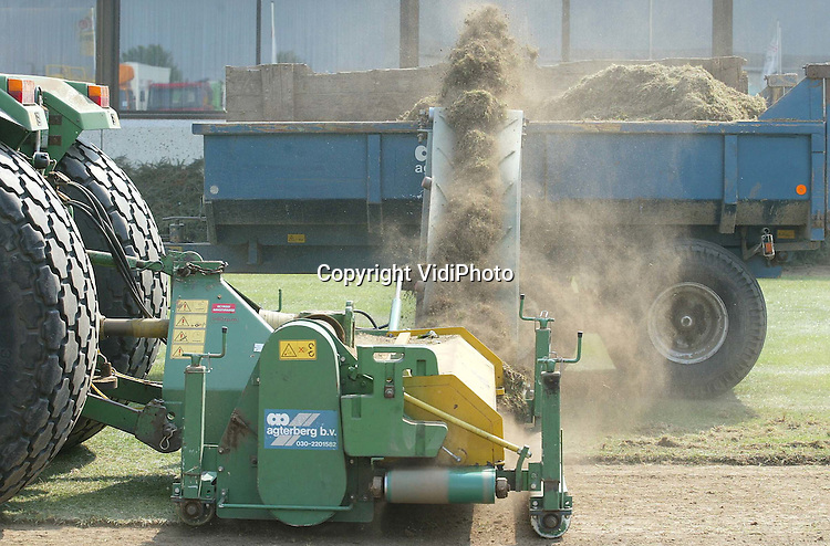 Foto: VidiPhoto..OOSTERHOUT - Om in 2004 het mooiste en beste gazon van Nederland te krijgen, verwijdert het internationale graszaadbedrijf Barenbrug bij de hoofdvestiging in Oosterhout (Gld) deze week de oude grasmat. Dat gebeurt met een zogenoemde topfieldmaker, een machine die normaal gesproken alleen op sportvelden wordt gebruikt. De grasschraper verwijdert het enorme gazon van 5000 vierkante meter met wortel en al, tot een diepte van 3,5 cm. Barenbrug wil een exclusief gazon in 2004 omdat het bedrijf dan 100 jaar bestaat.