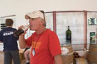Asie/Israël/Galilée/Plateau du Golan/Quazrin: Golan Heights Winery - touriste buvant du coca en attendant la visite des caves (Domaine viticole des hauts du Golan)