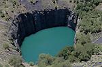 """Foto: VidiPhoto..KIMBERLEY - De beroemde Big Hole in Kimberley, de gesloten diamantmijn. Het 800 meter diepe Big Hole is uitgegraven met spade en pikhouweel door begerige prospectors - waarvan sommige inderdaad rijk zijn geworden. In het museum is """"The Eureka"""" te zien, de eerste diamant die is gevonden en """"The 616"""", met 616 karaat de grootste diamant ter wereld. De paden rond de Big Hole zijn op 20-2-2008 door de gemeente afgesloten omdat de rotsen en de bodem aan het verschuiven zijn geraakt."""
