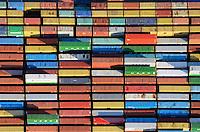 Container Burchardkai: EUROPA, DEUTSCHLAND, HAMBURG, (EUROPE, GERMANY), 14.01.2012 Der HHLA Container Terminal Burchardkai ist die groesste und aelteste Anlage für den Containerumschlag im Hamburger Hafen. Hier, wo 1968 die ersten Stahlboxen abgefertigt wurden, wird heute etwa jeder dritte Container des Hamburger Hafens umgeschlagen. 25 Containerbruecken arbeiten an den Tausenden Schiffen, die hier jaehrlich festmachen, und taeglich werden mehrere Hundert Eisenbahnwaggons be- und entladen. Mit dem laufenden Aus- und Modernisierungsprogramm wird die Kapazität des Terminals in den kommenden Jahren schrittweise ausgebaut. .Der wichtigste und bekannteste Containertyp ist der 40 feet Container fuer die Handelsschifffahrt mit den Maßen 12,192 × 2,438 × 2,591 m. Von diesem Containertyp nach ISO 668 (freight container) sind ueber Millionen im Verkehr..Der Fracht- oder Schiffscontainer wurde im Jahr 1956 von dem Reeder Malcolm McLean an der US-Ostkueste fuer den Gueterverkehr eingefuehrt.  Die Frachtcontainer wurden zur Basis der Globalisierung der Wirtschaft; mit ihnen wird u. a. der Grossteil des Warenhandels mit Fertigprodukten abgewickelt. .20-Fuß-Container – die sogenannten TEU (Twenty-foot Equivalent Unit) – und 40-Fuß-Container (FEU = forty foot equivalent unit):.Die 20'-Standardcontainer messen (außen) 6,058 × 2,438 × 2,591 Meter.