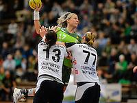 Nicole Dinkel (FAG) am Ball, gegen links vorne Diane Lamein und rechts Stefanie Melbeck (beide BSV)