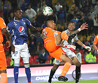 BOGOTÁ- COLOMBIA,14-07-2019:Fabian Gonzalez Lasso (Izq.) jugador de Millonarios disputa el balón con Humberto Mendoza (Der.) jugador del Envigado durante la primera fecha de la Liga Águila II 2019 jugado en el estadio Nemesio Camacho El Campín de la ciudad de Bogotá. /Fabian Gonzalez Lasso (L) player of Millonarios fights the ball  against of Humberto Mendoza (R) player of Envigado during the  match for the date 1 of the Liga Aguila II 2019 played at the Nemesio Camacho El Campin stadium in Bogota city. Photo: VizzorImage / Felipe Caicedo / Staff