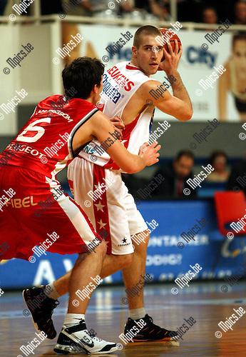 Antwerp Giants - BC Oostende: Sam Van Rossom met Senne Geukens (Antwerp)