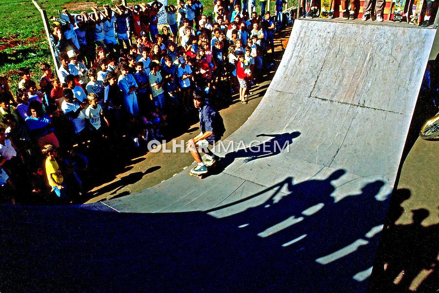 Exibição em pista de skate. São Paulo. 1989. Foto de Juca Martins.