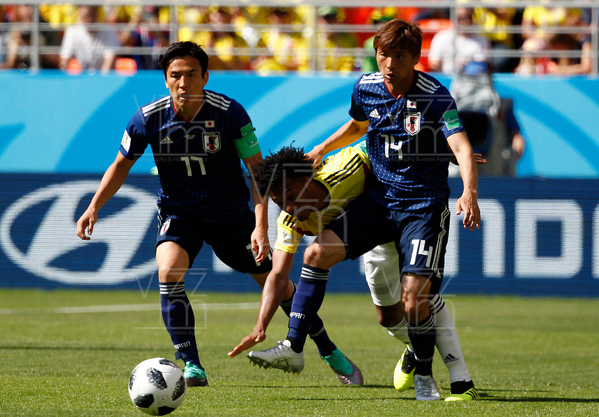 SARANSK - RUSIA, 19-06-2018: Juan CUADRADO (C) jugador de Colombia disputa el balón con Makoto HASEBE (Izq) y Takashi INUI (Der) jugador de Japón durante partido de la primera fase, Grupo H, por la Copa Mundial de la FIFA Rusia 2018 jugado en el estadio Mordovia Arena en Saransk, Rusia. /  Juan CUADRADO (C) player of Colombia fights the ball with Makoto HASEBE (L) and Takashi INUI (R) player of Japan during match of the first phase, Group H, for the FIFA World Cup Russia 2018 played at Mordovia Arena stadium in Saransk, Russia. Photo: VizzorImage / Julian Medina / Cont