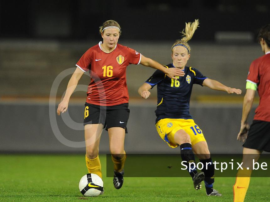 Belgium - Sweden : Sophie Mannaert aan de bal voor Petra Larsson.foto DAVID CATRY / Vrouwenteam.be