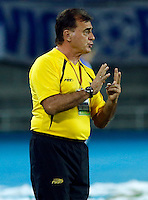 PEREIRA - COLOMBIA - 24-09-2014: Oscar H Quintabani, técnico, de Las Aguilas Doradas, durante partido Aguilas Doradas y Millonarios por la fecha 11 de La Liga Postobon II 2014, jugado en el estadio Hernan Ramirez Villegas de la ciudad de Pereira. Oscar H Quintabani, coach of Las Aguilas Doradas, during a match Aguilas Doradas and Millonarios for the date 11 for La Liga Postobon II 2014, in the Hernan Ramirez Villegas stadium in Pereira City. Photo: VizzorImage / Juan C Quintero / Str.