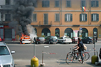 Milano, manifestazione del 25 aprile, anniversario della Liberazione dell'Italia dal nazifascismo. Un'auto della polizia locale data alle fiamme da alcuni contestatori --- Milan, manifestation of April 25, the anniversary of the Liberation of Italy from nazi-fascism. Local police car set on fire by some protesters